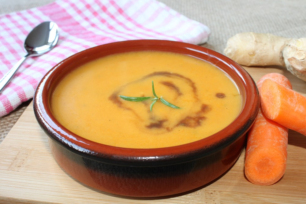Low-calorie carrot soup with lentils