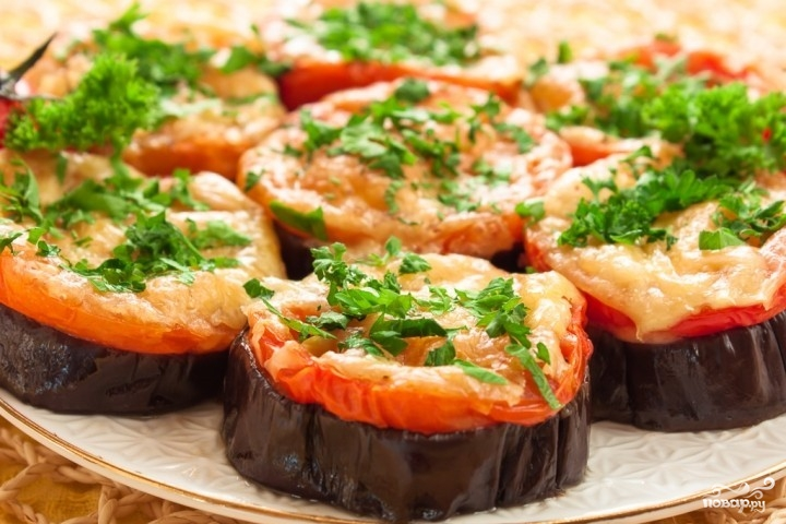 Baked eggplants with tomato and cheese