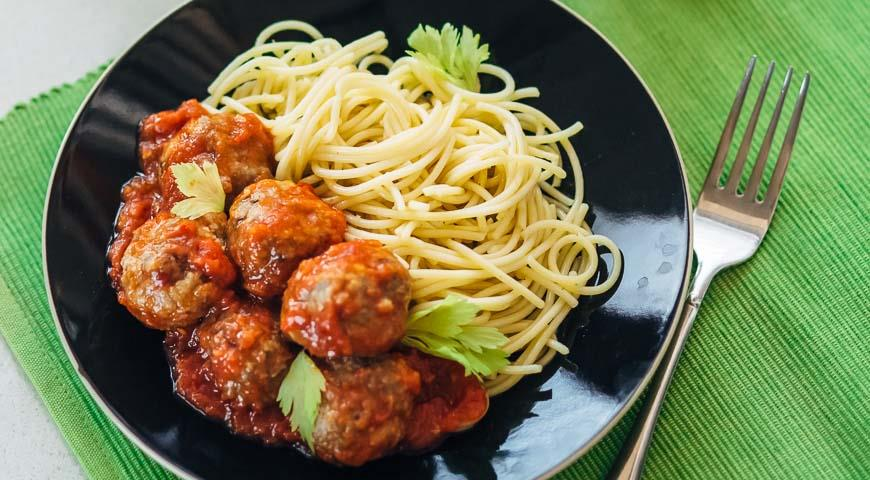 A simple but very tasty dish: spaghetti with meatballs
