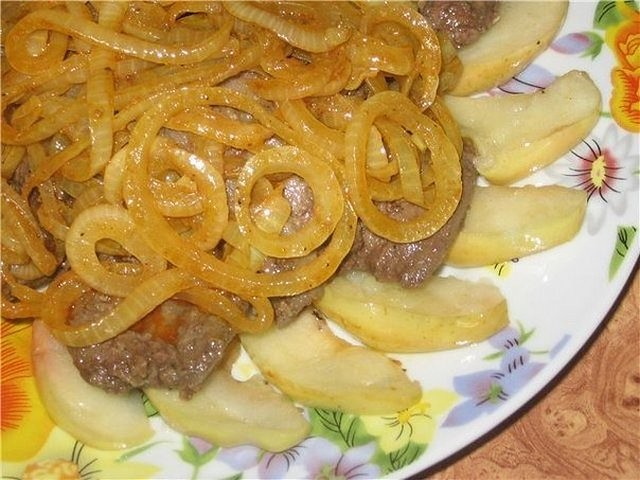 Delicate liver with apples and onions
