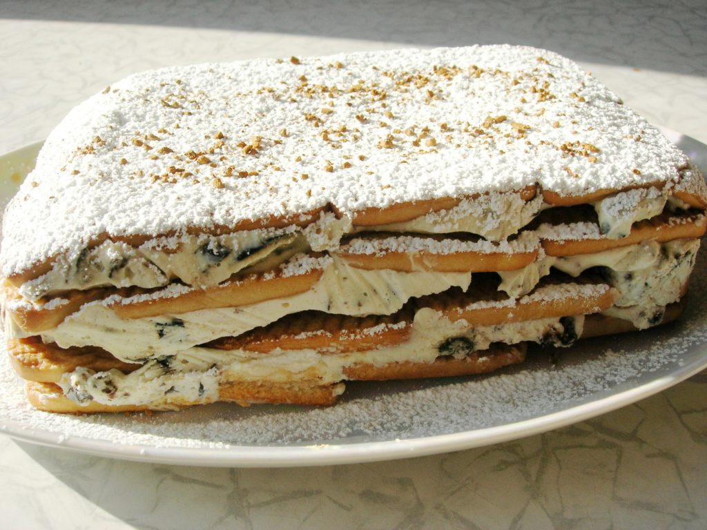 Light cake without baking with prunes