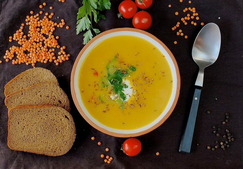 Low-calorie carrot soup with lentils