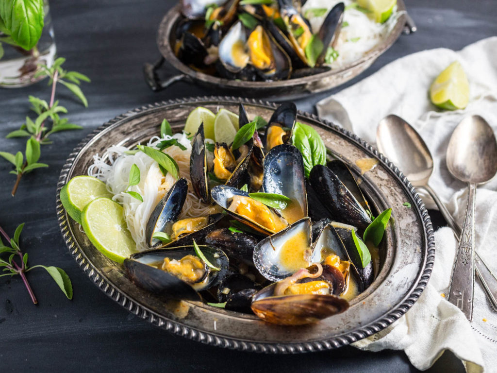 Noodles with seaweed and mussels