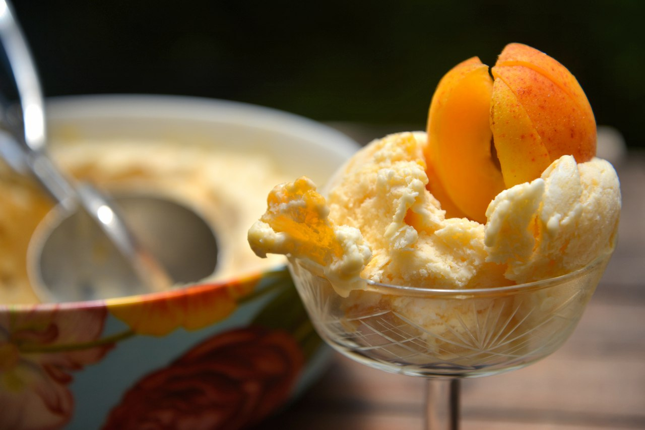 Yoghurt ice cream with apricots