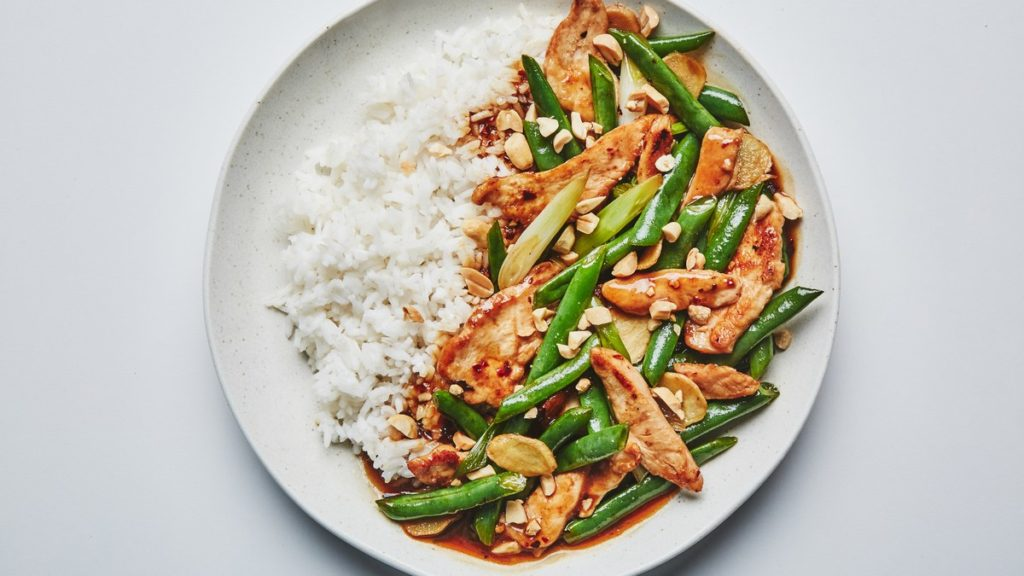 Chicken with green beans, peppers and cashews