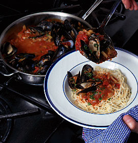 Pasta with Mussels in Tomato Sauce