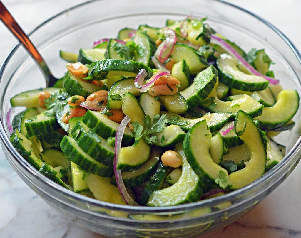 Vegetable salad with peanuts