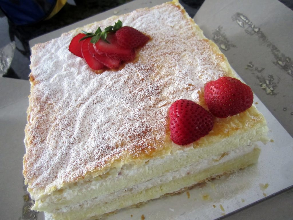 Cakes with strawberries and puff pastry
