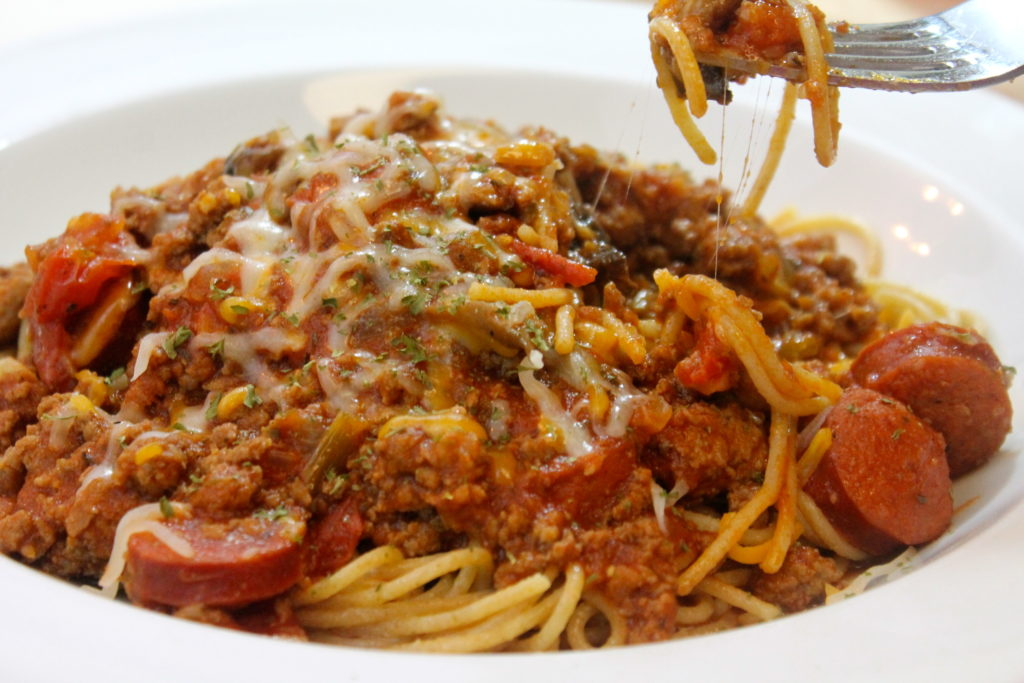 Super-dish: spaghetti with smoked sausages and vegetables