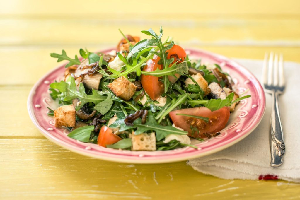 A spring salad with rhubarb, vegetables and mozzarella that will surprise you!