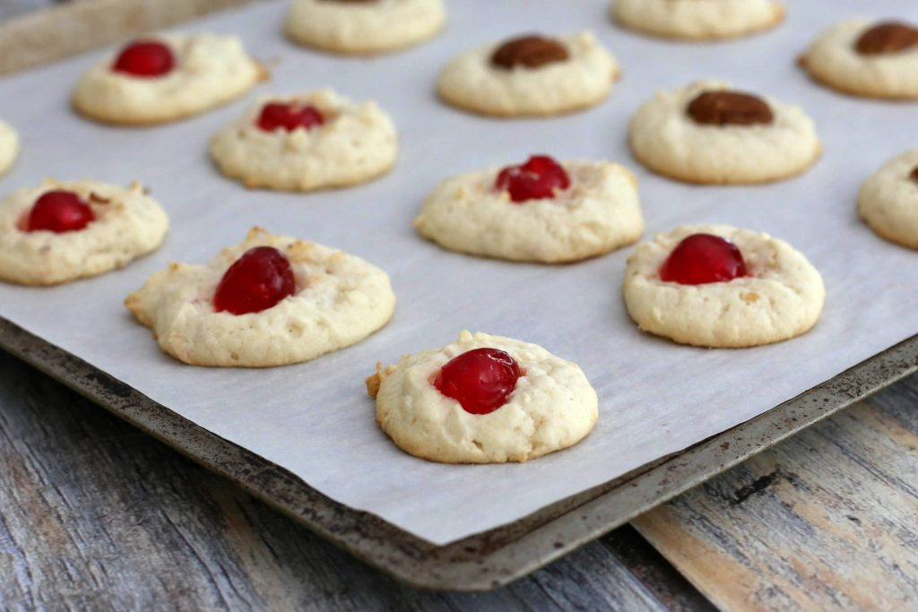 Coconut biscuits with berry cream: a quick dessert with exotic taste!