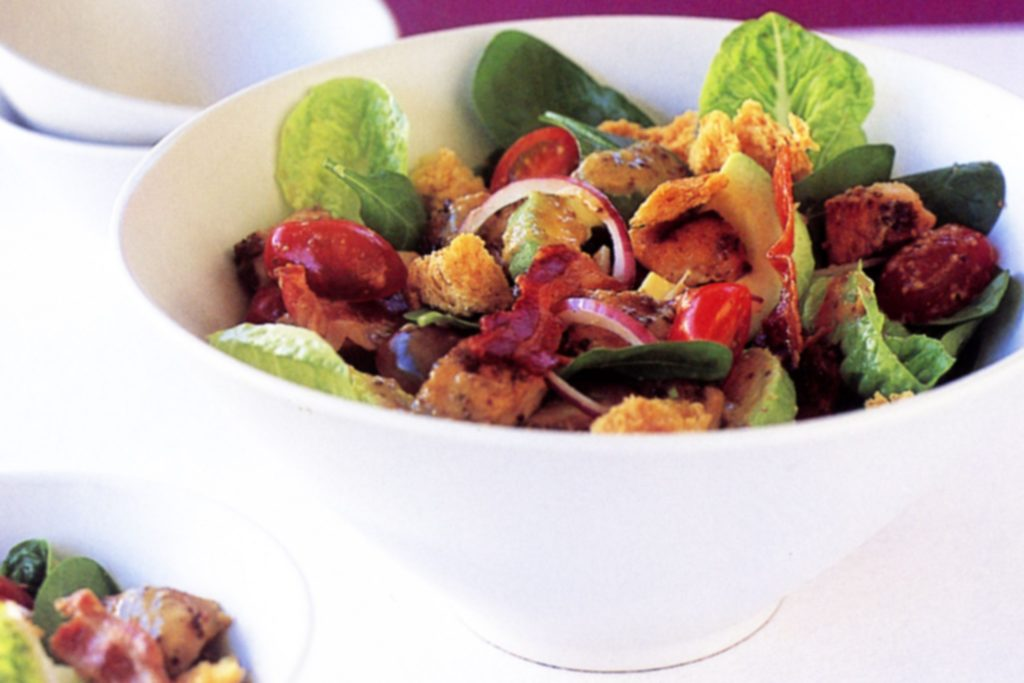 Salad with chicken liver, vegetables and bacon