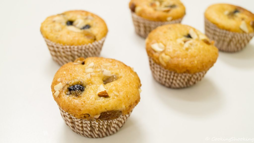 Tasty muffins with dried apricots: very useful dessert!