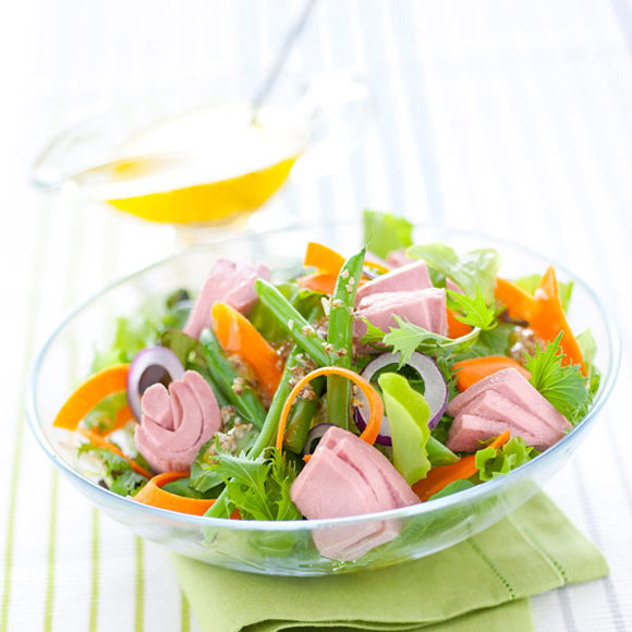 Salad with tuna, beans, carrots and mustard seeds