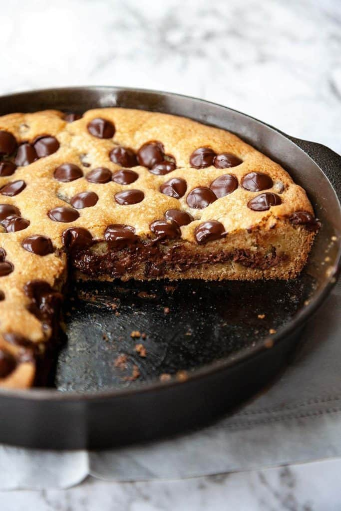 NUTELLA STUFFED DEEP DISH CHOCOLATE CHIP SKILLET COOKIE (PIZOOKIE)